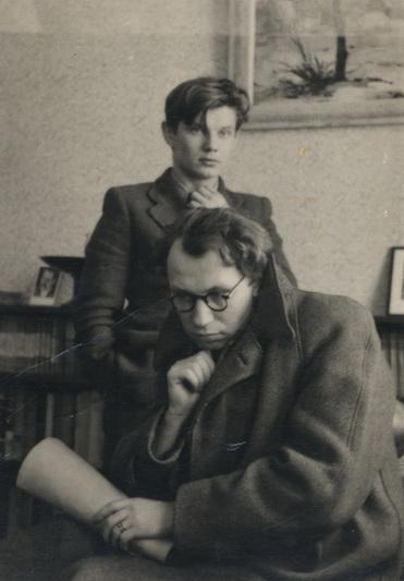 Maestro Juozas Miltinis buvo vienas labiausiai fotografuojamų kūrėjų – ne tik profesionalių fotografų, bet ir savo paties mokinių ( nuotraukoje – su aktoriumi Vaclovu Blėdžiu savo bute 1941-aisiais). LIETUVOS LITERATŪROS IR MENO ARCHYVO nuotr.