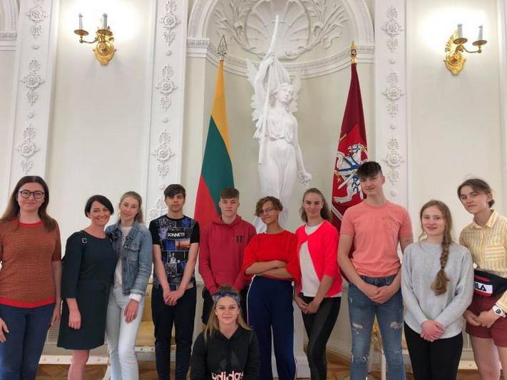 Užsienio lietuvių vaikų stovyklos Lietuvoje dalyviai viešnagėje Prezidentūroje. ASMENINIO ARCHYVO nuotr.