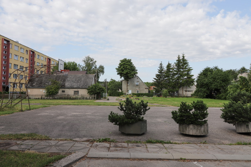 Išrikiuoti betoniniai vazonai sukėlė gyventojų pasipiktinimą, o Savivaldybė aiškina, kad kurianti jiems gražesnę aplinką. I. STULGAITĖS-KRIUKIENĖS nuotr.