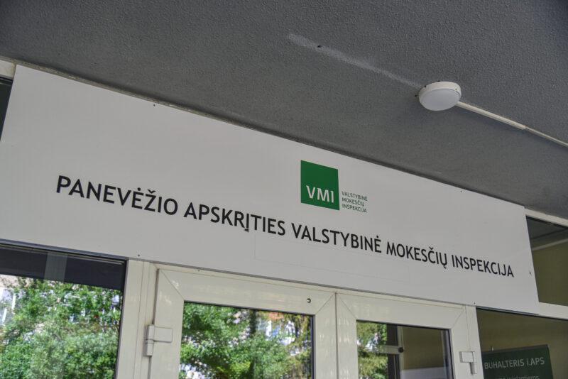 VMI per didinamąjį stiklą tikrina įmonių pirkinius – nuo butų iki net jachtų ir orlaivių. P. ŽIDONIO nuotr.