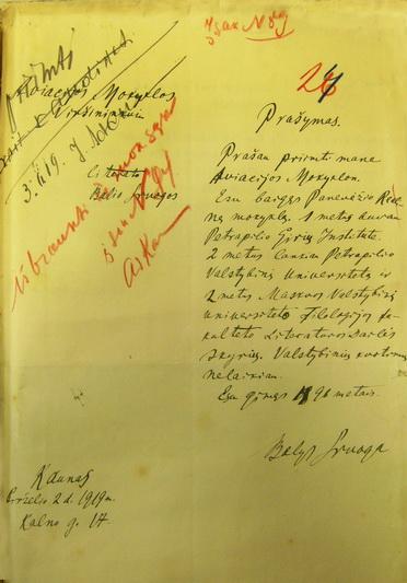 """Vilius Kavaliauskas aptiko ir rašytojo Balio Sruogos prašymą priimti į Karo aviacijos mokyklą su įrašu """"išbraukti..."""" LCVA nuotr."""