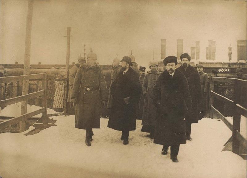 Adolfas Jofė (antras iš dešinės) Bresto derybų su Vokietija metu 1918 m, AMSTERDAMO VALSTYBINIO MUZIEJAUS nuotr.