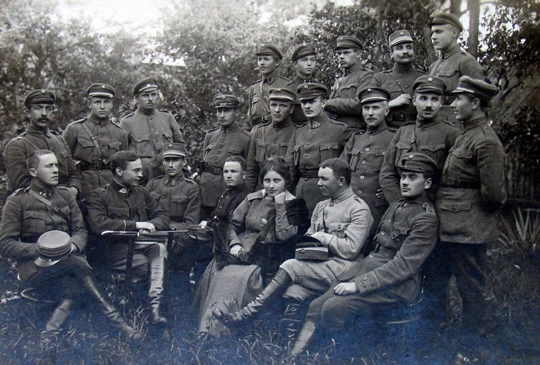 Žvalgybos skyriaus Propagandos biuro karo valdininkė Sofija Kymantaitė‑Čiurlionienė po paskaitos Panevėžyje dislokuoto Trečiojo pėstininkų pulko kariams 1919-ųjų kovą. LCVA nuotr.