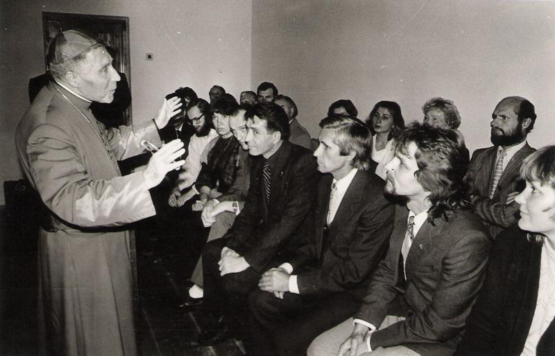 1988 metų spalio 2-oji. Kardinolas Vincentas Sladkevičius laimina pirmuosius Panevėžio sąjūdininkus. PANEVĖŽIO KRAŠTOTYROS MUZIEJAUS RINKINIŲ (J. Ambraškos) nuotr.