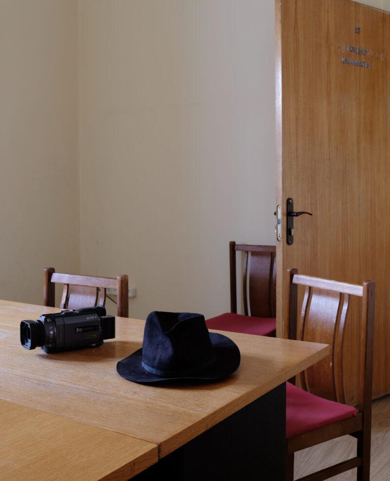 Jono Meko skrybėlė ir kamera. NAO TSUDA nuotr.
