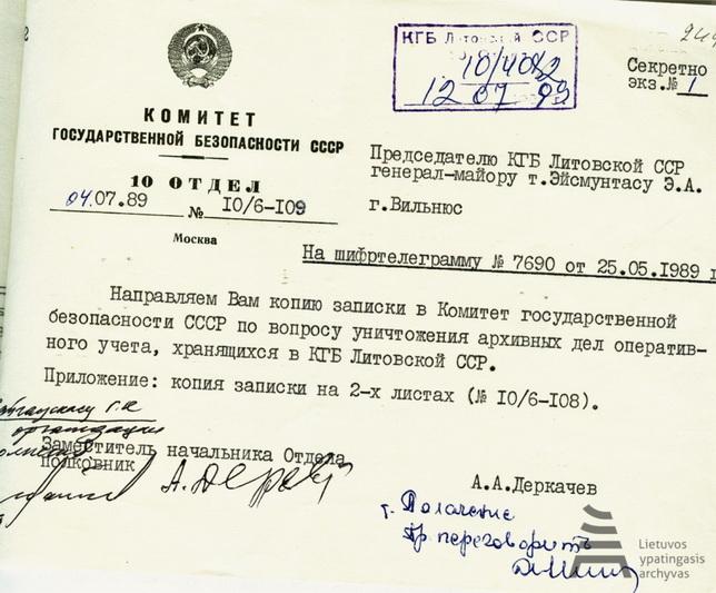 """SSRS Valstybės saugumo komiteto 10 skyriaus leidimas Lietuvos KGB padaliniui naikinti dalį archyvinių bylų. Lietuvos SSR KGB šifruota telegrama kreipėsi į SSRS KGB dėl leidimo sunaikinti apie 5 000 operatyvinės įskaitos bylų. Atsižvelgus į """"operatyvinę padėtį"""" Lietuvoje, prašymas buvo patenkintas. LYA nuotr."""