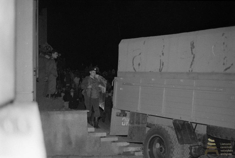 Lietuvos Respublikos Aukščiausiajai Tarybai-Atkuriamajam Seimui 1990 metų rugpjūčio 22 dieną priėmus nutarimą dėl LKP archyvo priėmimo Lietuvos Respublikos nuosavybėn, įsikišo LKP (SSKP) CK ir SSRS MVD vidaus kariuomenė. LCVA nuotr.