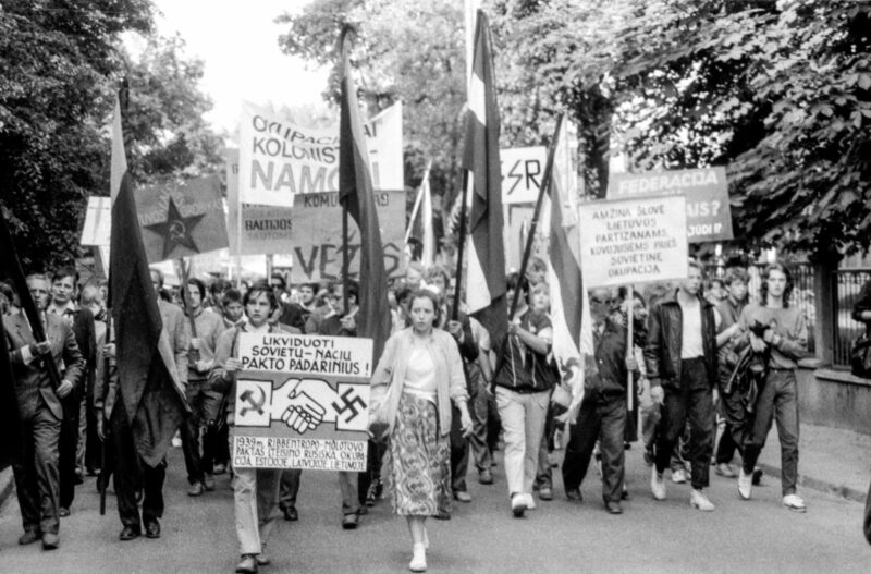 Eitynės į Sąjūdžio suorganizuotą mitingą Vingio parke, skirtą Molotovo-Ribentropo pakto 49-osioms metinėms pažymėti. LCVA (V. Kapočiaus) nuotr.
