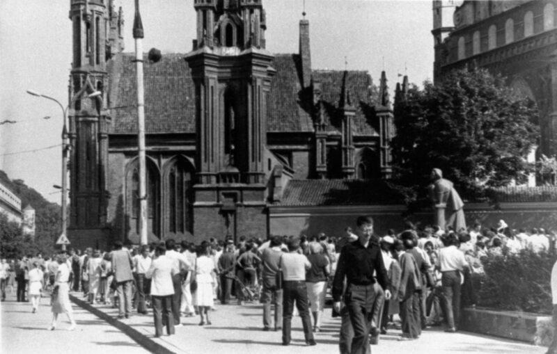 1987-ieji, garsusis mitingas prie Adomo Mickevičiaus paminklo Vilniuje. LCVA nuotr.