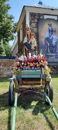 Taip išpuoštos procesijų statulos nešamos ispaniškai kalbančiose šalyse, tokia tradicija sumanyta ir Pumpėnuose. ASMENINIO ARCHYVO nuotr.