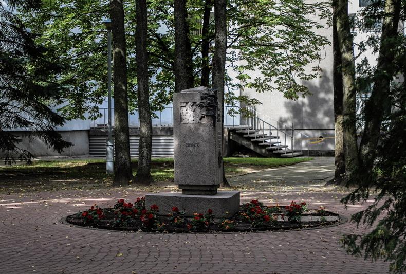 Pirmąją karo savaitę prieš pasitraukdami iš Panevėžio bolševikai užliejo miestą krauju. Tomis dienomis enkavedistų buvo nužudyti trys žinomi gydytojai – Juozas Žemgulis, Stanislovas Mačiulis, Antanas Gudonis, – ir gailestingoji sesuo Zinaida Emilija Kanis-Kanevičienė. 1943-ųjų rugsėjo 23 dieną ligoninės kieme atidengtas skulptoriaus Bernardo Bučo sukurtas paminklas jiems atminti, kurį pašventino pats vyskupas Kazimieras Paltarokas. I. STULGAITĖS-KRIUKIENĖS nuotr.
