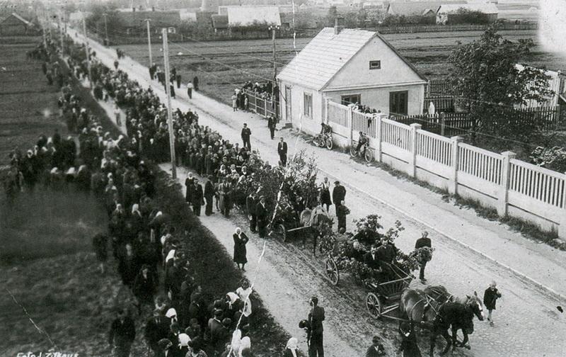Raudonojo teroro aukų laidotuvės Panevėžyje 1941-ųjų birželį. PANEVĖŽIO KRAŠTOTYROS MUZIEJAUS RINKINIŲ nuotr.
