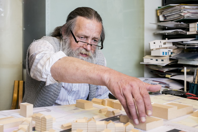"""Žinojusiam, jog dirbs su vienu gražiausių Panevėžyje išlikusių plytinės architektūros perlų, išsaugoti šių unikalių plytų mezginį Valdui Klimavičiui tapo vienu svarbiausiu jo, kaip architekto, uždavinių. """"SEKUNDĖS"""" nuotr."""
