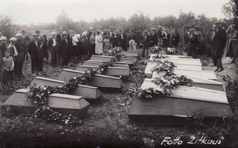 1941-ųjų birželio pabaigoje minios panevėžiečių rinkosi išlydėti ne tik saugumo nukankintų medikų ir dar trijų sulaikytųjų – buhalterio Antano Čibinsko, geležinkelininko Kazio Šlekio, inžinieriaus Vilhelmo Vaišvilos, bet ir prie Cukraus fabriko nužudytų politinių kalinių. PANEVĖŽIO KRAŠTOTYROS MUZIEJAUS RINKINIŲ nuotr.