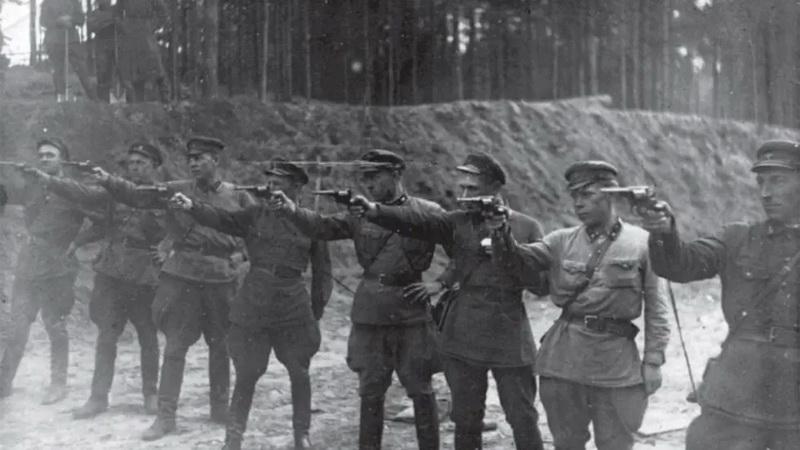 NKVD ir giminingų saugumo struktūrų siautėjimai tęsėsi iki Stalino mirties ir jo kulto žlugimo. Vėliau jų funkcijas perėmė KGB. ARCHYVŲ nuotr.