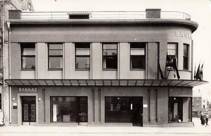 Panevėžio ūkininkų smulkaus kredito banko pastatas, 1938-aisiais suprojektuotas Antano Gargaso, gerai žinomas dabartinės Laisvės aikštės objektas, nors jau seniai praradęs savo pradinį pavidalą. PANEVĖŽIO KRAŠTOTYROS MUZIEJAUS RINKINIŲ (J. ŽITKAUS) nuotr.