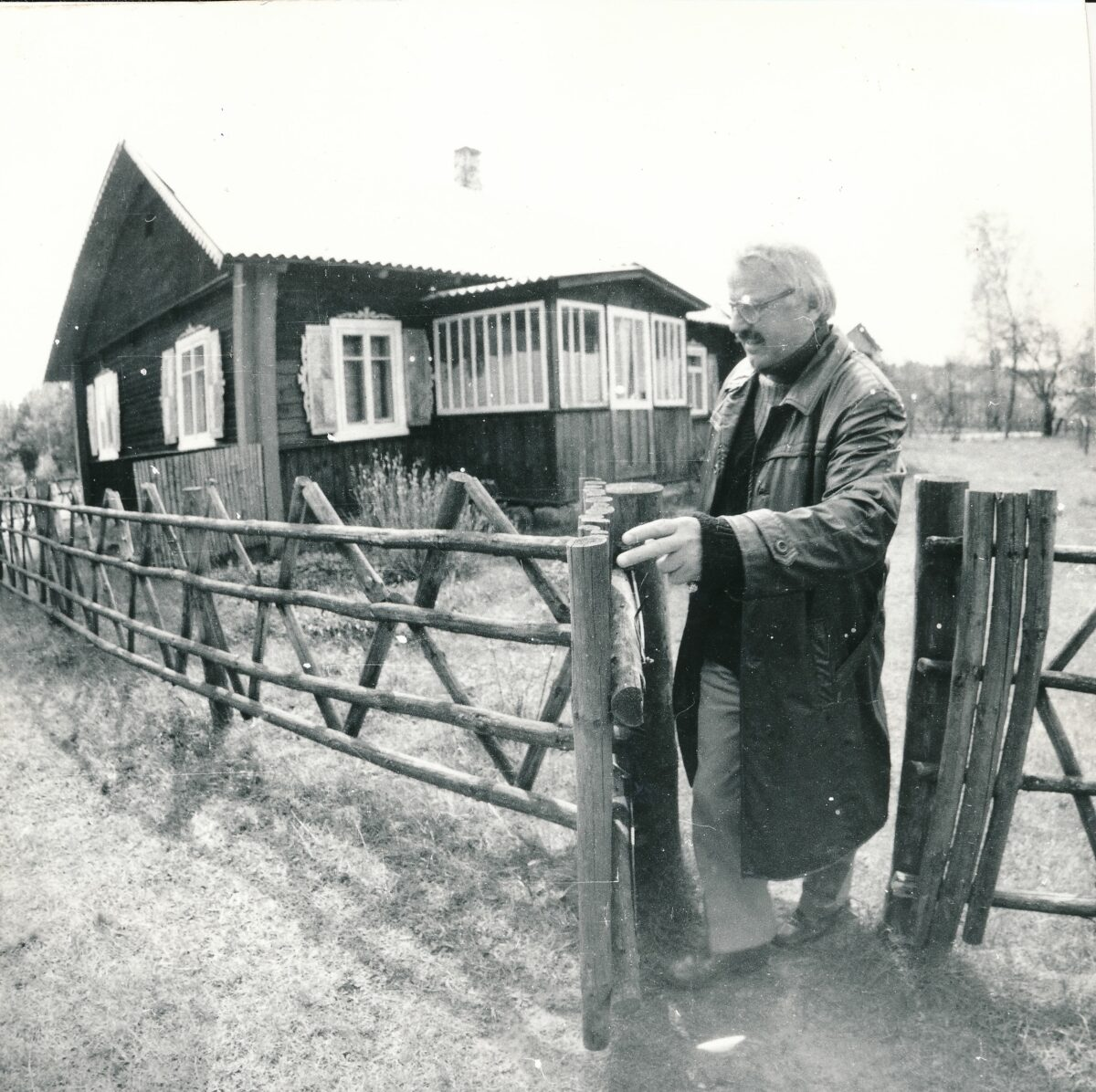 Bronius Kutavičius prie savo sodybos Varėnos r. apie 1996 m. Panevėžio apskrities G. Petkevičaitės–Bitės viešosios bibliotekos fondo nuotr.